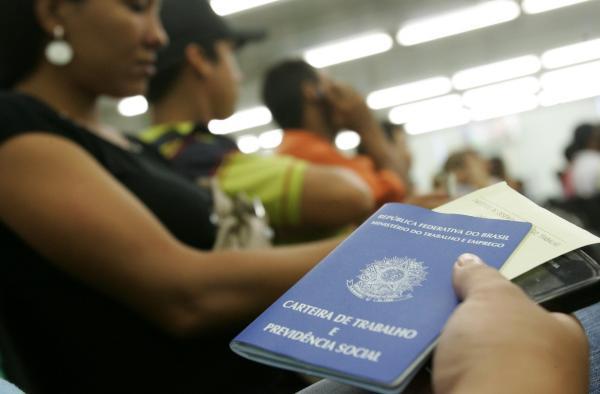 Desemprego cai, mas ainda atinge 13,8 mi de brasileiros, diz IBGE