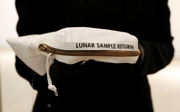 Bolsa usada na Lua é vendida por US$1,8 mi em leilão
