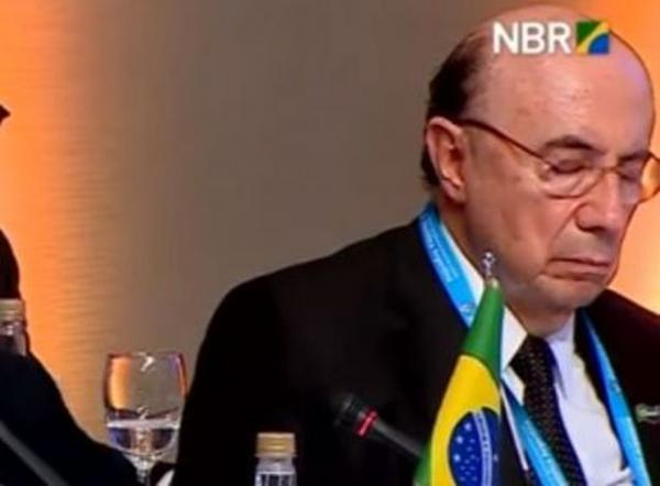 Henrique Meirelles dorme durante discurso de Michel Temer no Mercosul
