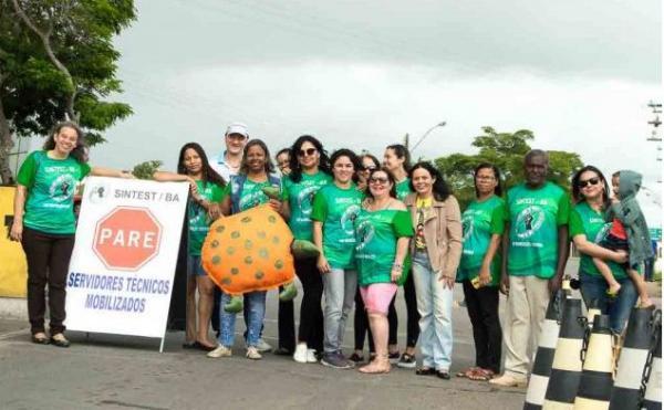 Servidores da Uefs paralisam as atividades para reivindicar direitos