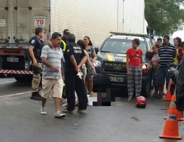 Motociclista morre após ser atropelado por carreta em Feira de Santana