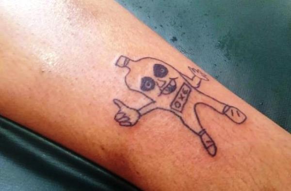 Com bom humor, jovem faz tatuagens 'malfeitonas' em Salvador: 'Não sei desenhar'