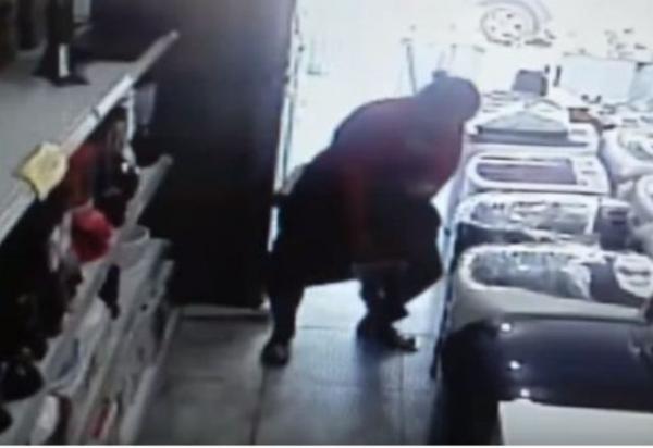 Mulher é acusada de roubar TV e esconder por baixo do vestido no sul da Bahia; veja o vídeo