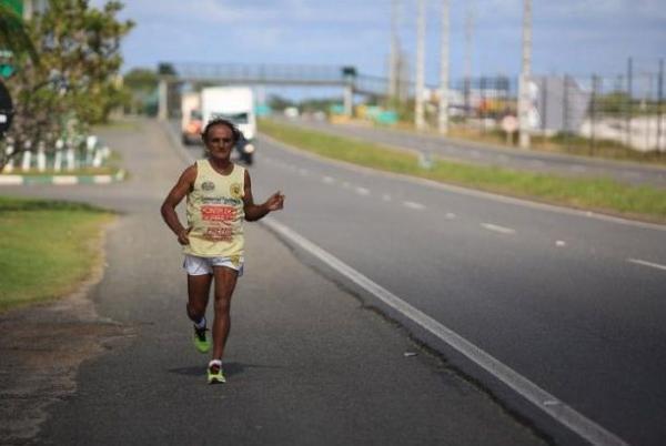 Ultramaratonista de 70 anos corre de Salvador a Feira em 14h