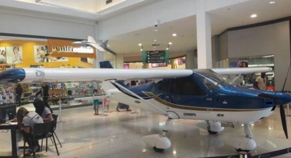 Exposição aeronáutica posa no Boulevard Shopping, em Feira de Santana