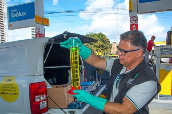 Postos de combustíveis são interditados durante fiscalização da ANP em Feira de Santana