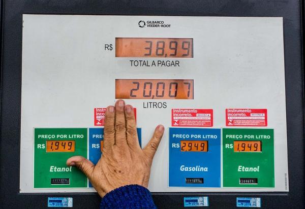 Gasolina fica mais cara a partir desta terça (29) nas refinarias