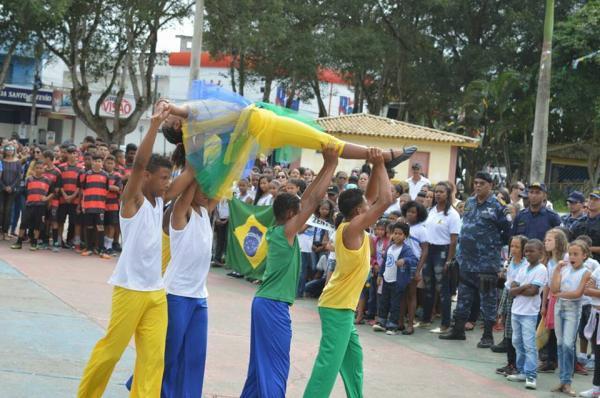 Apresentações culturais e hino executado em percussão por estudantes marcam o 7 de Setembro em Santo Estevão