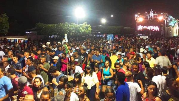 Leo Santana arrasta uma multidão no primeiro dia de micareta de Santo Estevão