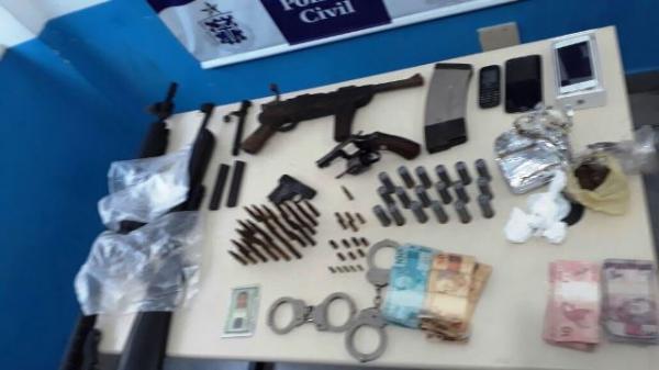 Esposa de detento do Conjunto Penal é presa com fuzil, munições e drogas