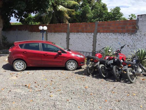 Santo Estevão | Policiais apreendem um carro e quatro motos em uma residência na AABB
