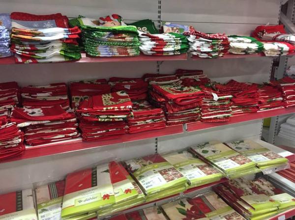 Toalhas de mesa com motivos natalinos em promoção no Supermercado Cabral; confira