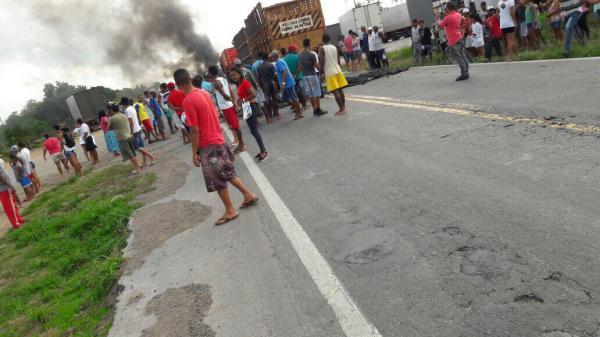 Santo Estevão | Moradores param a BR 116 Sul em protesto; eles exigem construção de redutor de velocidade