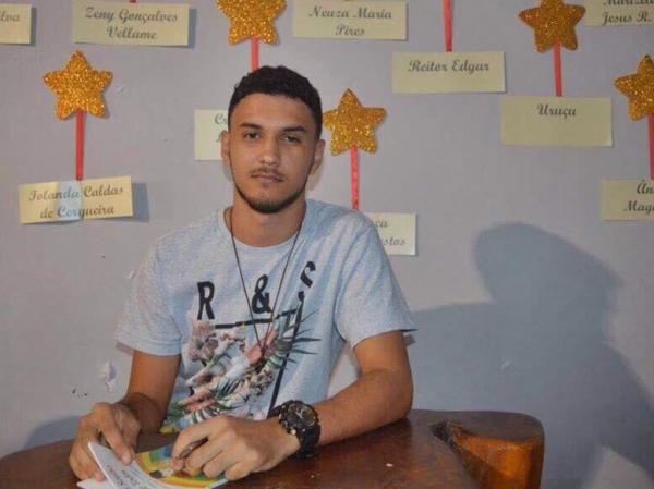 Aos 17 anos, Lucas Oliveira desponta como escritor de Santo Estevão